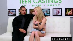 Schwarzes Duett gibt den weißen blonden Hacken Cadence Lux und Riley Reyes keine Ruhe