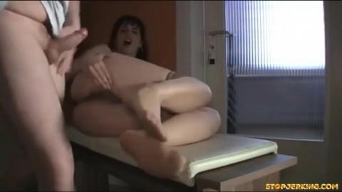 Sexy brunette in lingerie gaat anaal