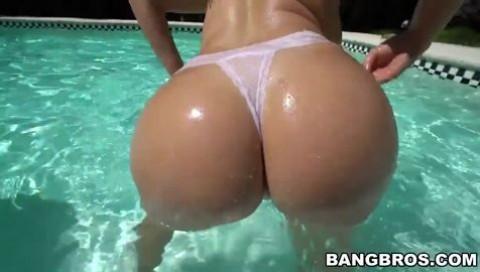 Klassischer Hardcore-Fick am Pool mit fetter Arschhacke Julianna Vega